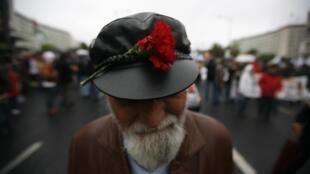 Un manifestante lleva un clavel en su gorra, en Lisboa, este 25 de abril de 2012.