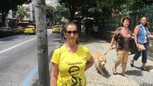 Eleitora exibe camiseta com mensagem de apoio a Bolsonaro