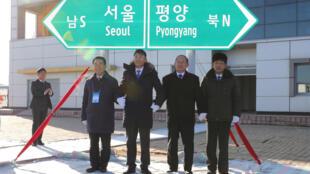 Cerimónia de ligação das estradas e comboios na estação de Panmun em Kaesong, na Coreia do Norte, a 26 de Dezembro de 2018.