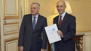 L'ancien patron d'EADS, Louis Gallois (à droite) propose un «pacte pour la compétitivité de l'industrie française» dans le rapport qu'il a remis au Premier ministre Jean-Marc Ayrault, ce 5 novembre 2012.