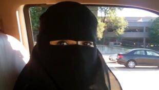 Mulheres postam fotos ao volante na internet.