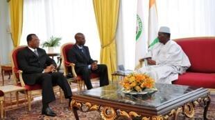 Le président ivoirien, président en exercice de la Cédéao, Alassane Ouattara a reçu le 5 septembre à Abidjan Baba Berthe (C) secrétaire général de la présidence du Mali et Amadou Ousmane Touré (G), ambassadeur du Mali en Côte d'Ivoire.