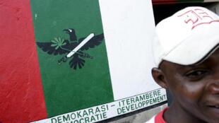 Des militants du CNDD-FDD, en juillet 2005, devant le local du parti, à Bujumbura.