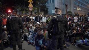 پلیس پاریس، اسناد هویت مهاجرانی را که در شمال شرق پاریس تجمع کرده اند را بازرسی کرد.