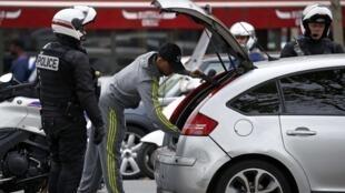Polícia francesa inspeciona veículo na Praça da República, no centro da capital francesa, nesta terça-feira (17).