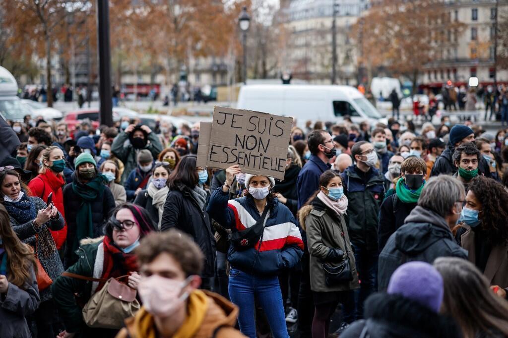Manifestation d'intermittents dénonçant l'arrêt des spectacles, en décembre 2020 à Paris. Mme Bachelot prévoit la tenue d'un colloque scientifique européen, à Marseille le 8 avril, pour confronter les études et «bâtir un modèle résilient» pour le monde du spectacle face au Covid-19.