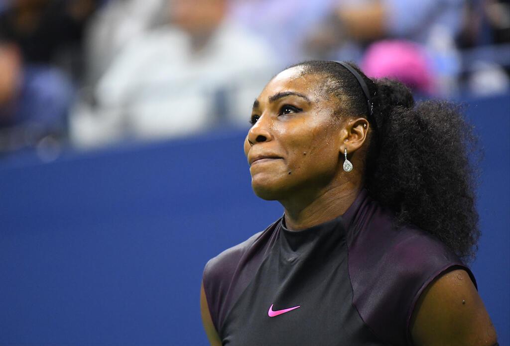 Mchezaji Serena Williams akionekana mwenye huzuni.