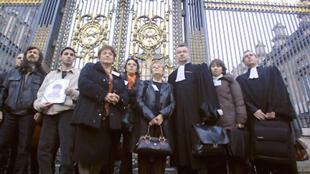 Familiares de vítimas do hormônio de crescimento contaminado e seus advogados, em imagem de fevereiro de 2008.