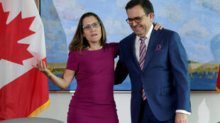 Ngoại trưởng Canada Chrystia Freeland đón tiếp bộ trưởng Kinh Tế Mêhicô Ildefonso Guajardo Villarreal, tại sứ quán Canada ở Washington, trước cuộc họp về NAFTA. Ảnh ngày 15/08/2017.