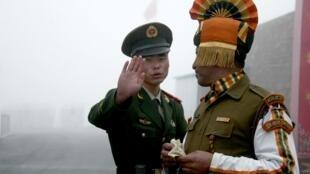印中邊境口岸的兩國士兵 2008年7月10日