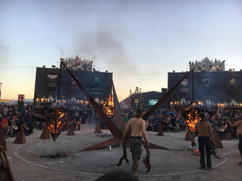 Espaços temáticos do Hellfest.