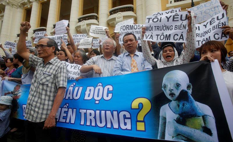Nạn cá chết miền Trung để lại nhiều chấn thương tâm lý. Trong ảnh, một cuộc biểu tình tại Hà Nội tháng 5/2016 phản đối tình trạng biển miền Trung nhiễm độc.