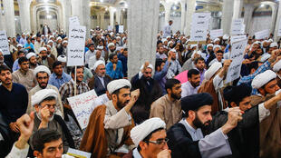 نشست اعتراضی طلاب در مدرسه فیضیه قم نجشنبه ٢۵ مرداد ماه