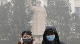 Chineses usam máscaras para se proteger da poluição do ar.