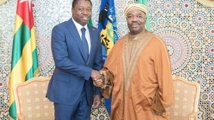 Le président gabonais Ali Bongo aux côtés de son homologue togolais Faure Gnassingbé à Libreville le 7 mai 2019.