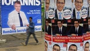 Affiches électorales des deux candidats du second tour de l'élection présidentielle, à Bucarest, le 15 novembre 2014.