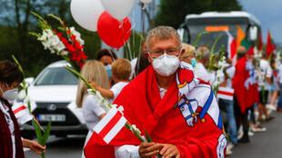 2020-08-23T164927Z_1428116355_RC2SJI9Z55X1_RTRMADP_3_BELARUS-ELECTION-LITHUANIA-CHAIN