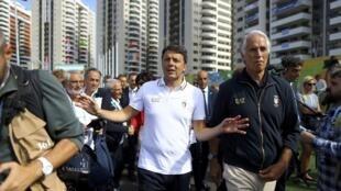 O primeiro-ministro italiano, Matteo Renzi, em visita à Vila Olímpica.