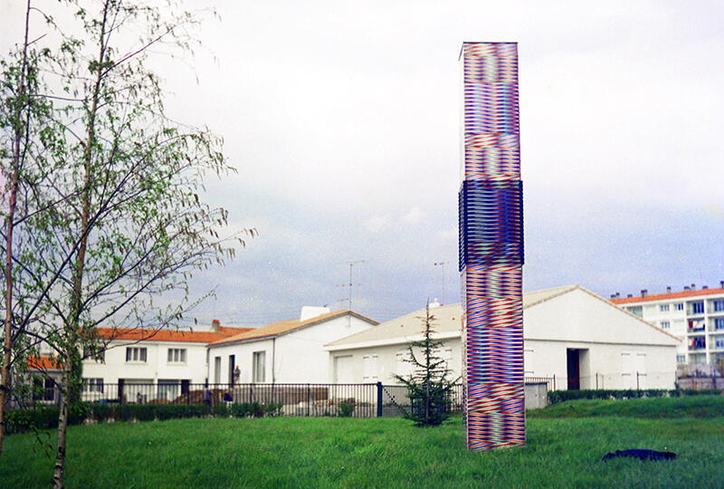 """""""Colonne Chromointerférente"""", Collège Les Gondoliers, La Roche-Sur-Yon, France, arch. René Naulleau, 1972."""