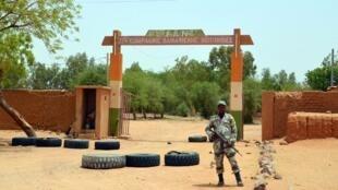 Un soldat nigérien devant l'entrée d'une caserne militaire attaquée le 23 mai 2013. (Photo d'illustration)