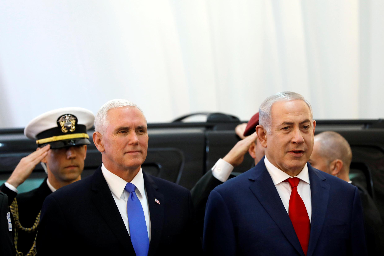 Phó tổng thống Mỹ Mike Pence (T) cạnh thủ tướng Israel Benjamin Netanyahu (P) trong buổi lế đón tiếp tại Jerusalem, ngày 22/01/2018.