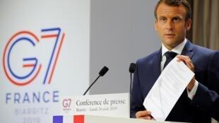G7: Tổng thống Pháp Emmanuel Macron cho các nhà báo xem bản 'tuyên bố chung' mà ông đã soạn thảo, Biarritz, ngày 26/08/2019