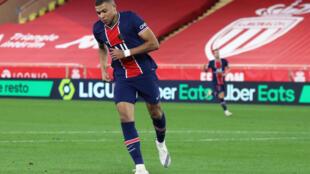 Le buteur star du PSG Kylian Mbappé  très en vue contre Monaco à Louis, le 20 novembre 2020, est attendu contre Leipzig