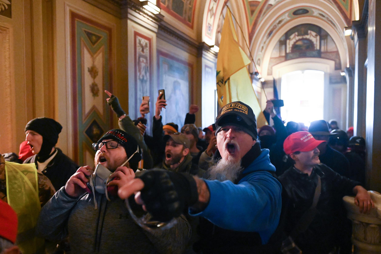 Manifestantes irrumpen en el Capitolio, sede del Congreso  de Estados Unidos, en Washington, interrumpiendo una sesión conjunta del Congreso que certificaría la victoria electoral de Joe Biden.