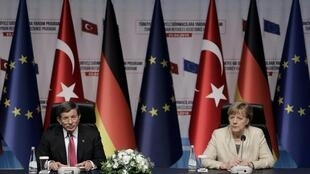 Le Premier ministre turc Ahmet Davutoglu et la chancelière allemande Angela Merkel, le 23 avril dernier après leur visite du camp de réfugiés de Nizip, à la frontière turco-syrienne.