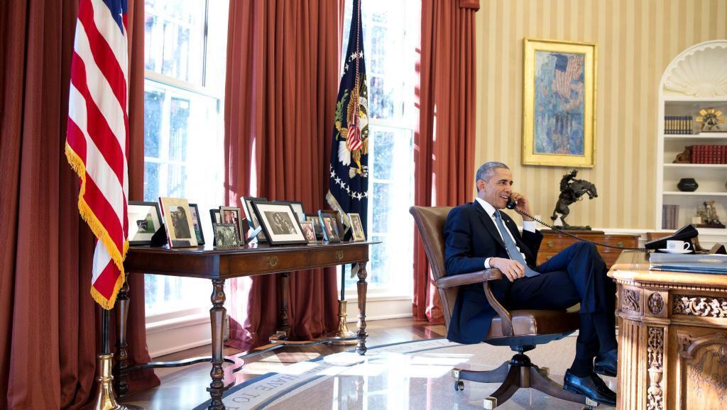 Rais Barack Obama akizungumza kwa simu na Alan Gross, raia wa Marekani aliye achiliwa huru na Cuba, Desemba 17 mwaka 2014, siku ya kihistoria ya kuanzishwa kwa uhusiano mpya kati ya Marekani na Cuba.