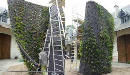 Finalisation de l'installation du mur dans la cour des écuries- vues intérieur et extérieur