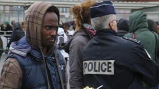 Comme nombre de ses concitoyens, ce migrant érythréen dans le port de Calais a quitté son pays pour gagner l'Europe.
