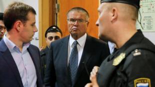 """وزیر اقتصاد روسیه """"آلکسی اولیوکایف""""، بازداشت و رسمأ متهم به فساد مالی شد. ٢۵ آبان/ ١۵ نوامبر ٢٠۱۶"""