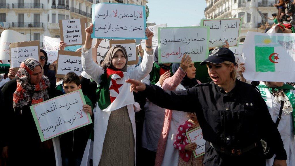 Wasu daga cikin dubban 'yan Algeria da ke zanga-zangar adawa da tazarcen shugaban kasar AbdelAziz Bouteflika.