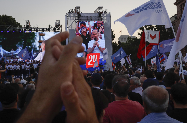 Ils étaient entre 20 000 et 40 000 à assister ce vendredi soir au dernier meeting de l'ancien président Robert Kotcharian avant les législatives de dimanche.