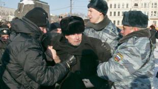 Nhà văn Edouard Limonov bị cảnh sát bắt khi tham gia một cuộc biểu tình ở Matxcơva (DR)