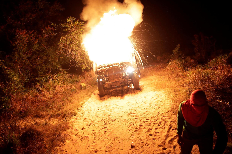 """Um índio Guajajara """"guardião da floresta"""" queima um caminhão usado por madeireiros durante uma busca por madeireiros ilegais na terra indígena Arariboia, perto da cidade de Amarante, estado do Maranhão, Brasil, 17 de setembro de 2019."""