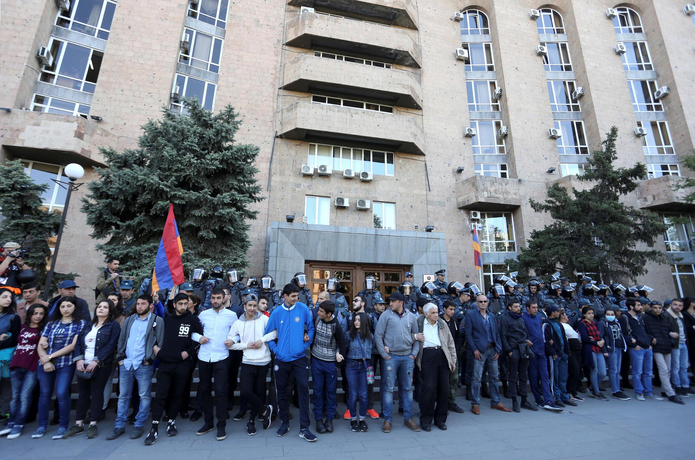 Протестующие блокируют подход к правительственному зданию в Ереване, 19 апреля 2018 г.