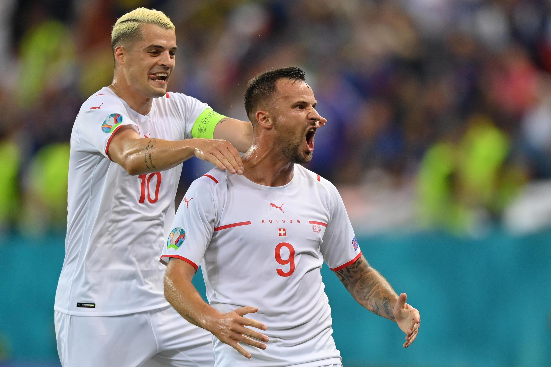 La joie de l'attaquant Haris Seferovic, félicité par le milieu de terrain Granit Xhaka, après avoir ouvert le score contre la France, lors de leur 8e de finale à l'Euro 2020, le 28 juin 2021 à Bucarest