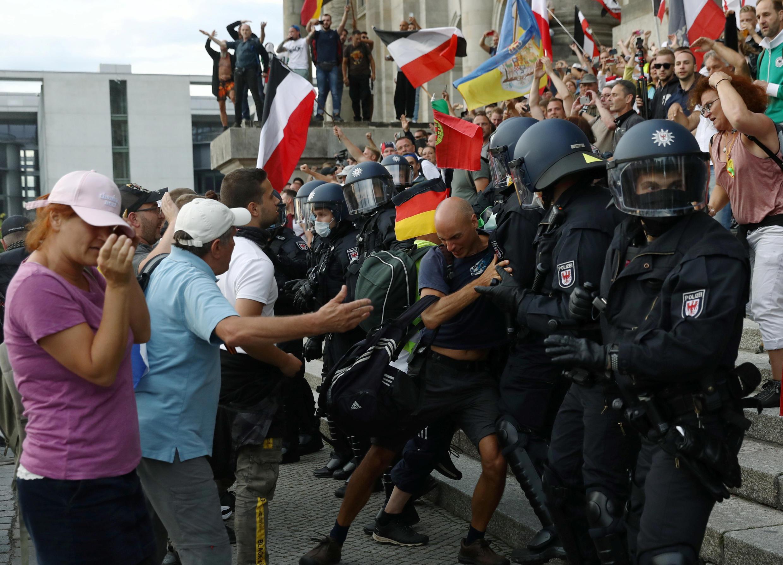 Policiais alemães tiveram dificuldade de conter manifestantes radicais que forçaram a entrada do Parlamento em Berlim.