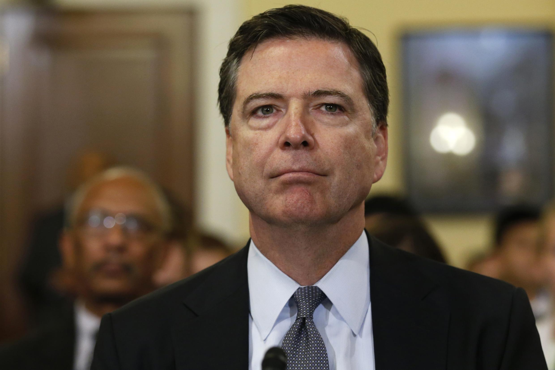 Giám đốc FBI James Comey, ngày 28/10/2016bất ngờ thông báo điều tra bổ sung vụ thư điện tử của ứng cử viên Hillary Clinton.