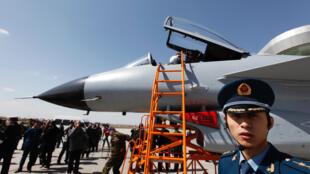 Piloto da Força Aérea Chinesa na base aérea de Yangcun.