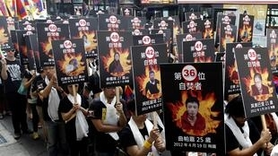 Dân Tây Tạng lưu vong biểu tình với biểu ngữ có chân dung của những người tự thiêu - REUTERS /Pichi Chuang