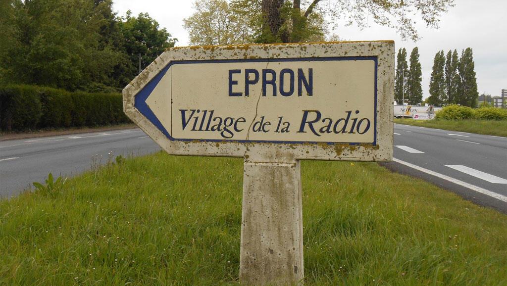 Le vieux panneau à l'entrée d'Epron, sur la départementale 7, dans le Calvados.
