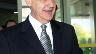 """Para tentar romper esse duelo de titãs, Macri x Cristina, o ex-ministro da Economia, Roberto Lavagna, aparece como uma """"terceira via"""" de centro"""