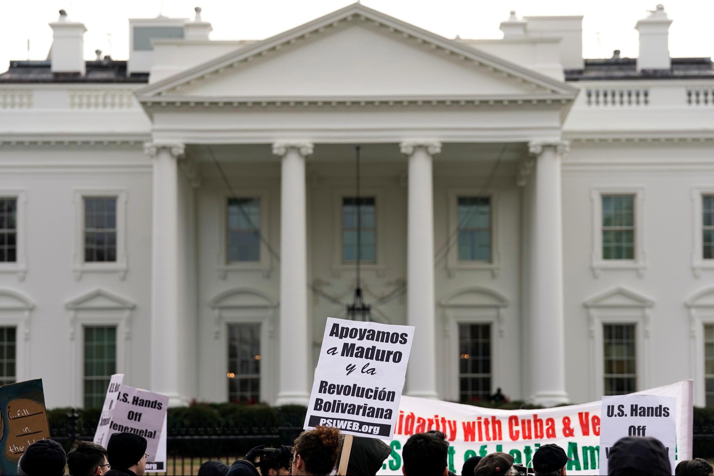 Giới hoạt động nhân quyền và chống chiến tranh biểu tình trước Nhà Trắng phản đối Mỹ can thiệp vào cuộc khủng hoảng ở Venezuela, Washington, ngày 26/01/2019