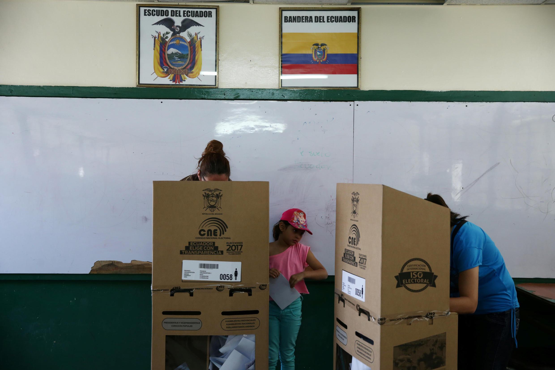 O Conselho Nacional Eleitoral (CNE) do Equador confirmou, nesta quarta-feira (22), que o candidato da situação, Lenín Moreno, e o opositor de direita, Guillermo Lasso, disputarão o segundo turno.