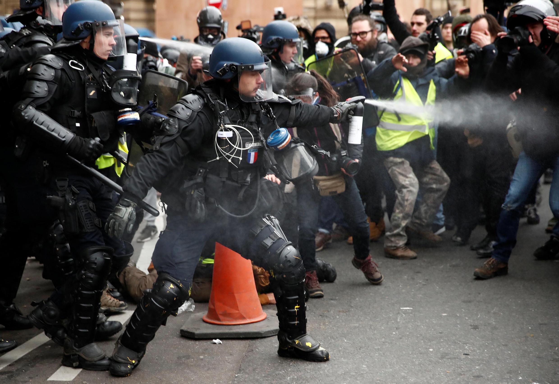 Полиция использует газовые баллоны, чтобы помешать протестующим покинуть площадь около Гранд-Опера