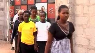 Estudantes a ser evacuados da Universidade de Garissa, durante o ataque terrorista a 2 de Abril de 2015