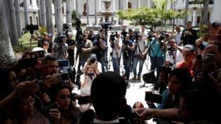 Incluso cuando cubren la información en la Asamble Nacional, los periodistas son agredidos por grupos oficialistas que intentan impedirles el acceso.